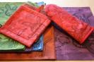Käsinmaalatut ja -painetut Juures- tekstiilit